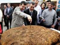 Ministrul Daniel Constantin a asistat la scoaterea din cuptor a celei mai mari pâini din România