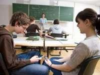 Ministrul educației vrea să interzică telefoanele mobile în școli