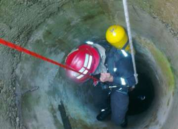 MOARTE GROAZNICĂ pentru un bărbat din Maramureş! A căzut în fântână încercând să scoată o găleată cu apă