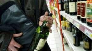 MOISEI: Tineri din Vişeu de Sus şi Borşa prinşi de poliţişti după ce au furat alcool din două magazine