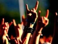Muzica rock, inamicul numărul unu al profesorilor de religie. Ce predau aceştia la ore, în școlile din România