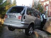 NEED FOR SPEED fără victime - Un autoturism s-a făcut praf în gardul Căminului de bătrâni din Sighet