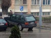NESIMȚIREA DIRECTORULUI Spitalului municipal Sighet NU ARE LIMITE! - Acesta și-a parcat mașina pe singurul loc rezervat pentru persoanele cu handicap