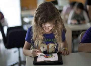 Noul regulament şcolar va permite elevilor să aducă tablete la clasă