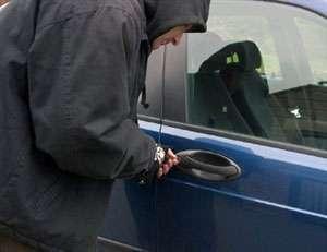 Nu lăsaţi bunuri de valoare în autoturism, pentru că rămâneți fără ele!