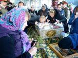 Număr record de participanți la pelerinajul de la Sfânta Parascheva - Peste 40 de mii de pelerini au înfruntat frigul nopţii, la o coadă de 4 kilometri