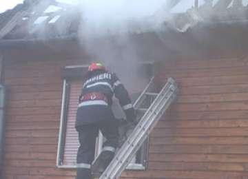 O casă a luat foc în satul Dumbrava. Un bărbat s-a intoxicat cu fum