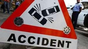 O femeie a ajuns la spital după ce a căzut din maşină într-o curbă