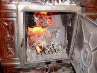 O femeie a fost cuprinsă de flăcări în timp ce aprindea focul în sobă. Aceasta a suferit arsuri pe aproximativ 60% din suprafaţa corpului
