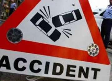 O femeie s-a ales cu mâna ruptă în urma unei coliziuni dintre două autoturisme