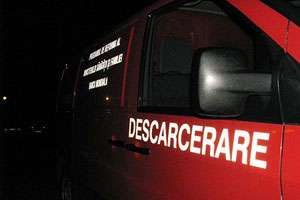 O femeie şi copilul său de trei ani au rămas încarceraţi în urma unui accident provocat de un alt şofer