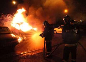 O maşină a ars ca o torţă în centrul Băii Mari. Incendii şi în Tăuţii Măgherăuş şi Copalnic