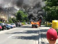 FOTO - O maşină a luat foc din senin pe o stradă din Baia Mare. Şoferul s-a salvat în ultima clipă