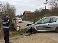 O persoană rănită după ce șoferul unui autoturism a pierdut controlul volanului și s-a izbit de un pod