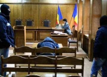 O sală de la Judecătoria Sectorului 4, evacuată după ce un deţinut s-a tăiat în faţa judecătorului.