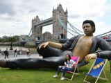 O statuie gigant a lui Jeff Goldblum, instalată în Londra pentru a celebra 25 de ani de la premiera Jurassic Park