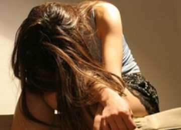 O tânără de 17 ani a acuzat un asistent medical că a violat-o pentru a scăpa de furia părinţilor care ştiau că este virgină