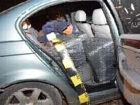 FOTO: OCNA ȘUGATAG - Patru tineri reţinuţi pentru 24 de ore, 10 500 pachete cu ţigări de contrabandă confiscate şi un autoturism indisponibilizat