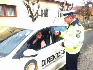 """Şoferiţele din Maramureş au fost """"sancţionate"""" cu mărţişoare de poliţiştii rutieri"""
