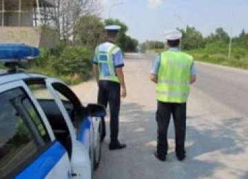 Opt infracţiuni rutiere constatate de poliţişti la sfârşitul săptămânii trecute