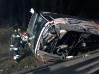 Opt români au fost răniți într-un accident rutier în Italia. Un autocar s-a răsturnat