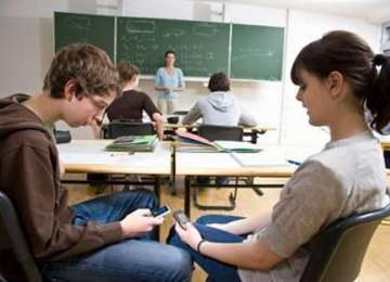 Ordin al Ministrului Educației - Elevii nu pot folosi telefoanele mobile la cursuri