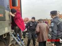 PANICĂ – Pasageri evacuaţi din vagoane după ce un tren a luat foc