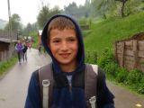 Parcurg 7 kilometri pe jos, până la şcoala din Poienile de Sub Munte