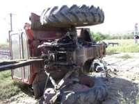 Patru persoane au fost rănite după ce tractorul în care se aflau s-a răsturnat