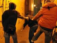Patru tineri, bănuiţi de tentativă la tâlhărie, identificaţi de poliţişti la scurt timp de la sesizarea faptei