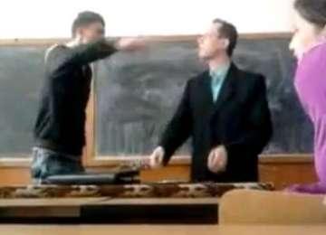 Pedepse dure pentru elevii care își lovesc profesorii