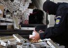 PERCHEZIȚII LA SIGHET - Polițiștii au descoperit depozite de țigări de contrabandă în urma a trei percheziţii domiciliare