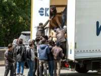 Percheziţii la traficanţi de migranţi din Bistrița-Năsăud. Mai mulţi şoferi, PĂCĂLIŢI să transporte SIRIENI din Turcia în UE