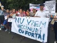 Peste 150 de persoane au protestat, în fața Guvernului, față de noul proiect de lege a vaccinării