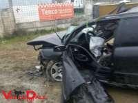 FOTO: POIENILE DE SUB MUNTE - Un șofer a pierdut controlul volanului și s-a izbit violent de un podeț din beton