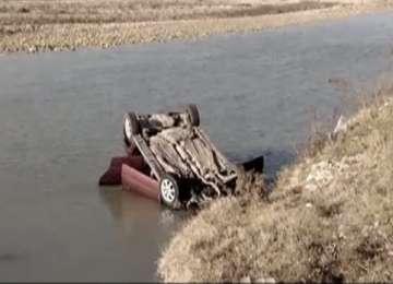 POIENILE IZEI - Alcoolul şi volanul sunt incompatibile: Un șofer a ajuns cu mașina în râu după ce s-a izbit de un autoturism parcat