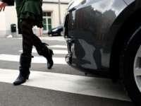 POLIŢIA: Minoră accidentată în timp ce traversa regulamentar strada