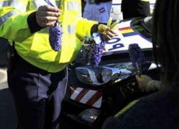 Poliţiştii au oferit flori şi mărţişoare doamnelor și domnișoarelor întâlnite în trafic