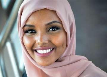 Premieră în SUA - O tânără a devenit primul model cu văl islamic