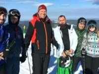 Președintele schiază, românii protestează - Klaus Iohannis a plecat în Munții Șureanu să schieze
