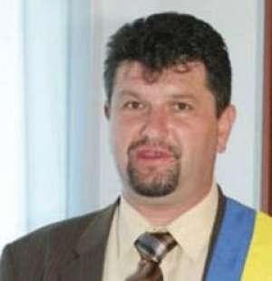 Primăria din Bradu sigilată de mascați, edilul acuzat de fraudă electorală