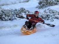 Primul concurs oficial de snow-kayak va debuta sâmbătă pe domeniul schiabil Transalpina