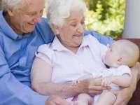 PROIECT: Bunicii ar putea primi bani ca să aibă grijă de nepoţi