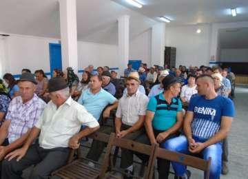 PROMISIUNE ONORATĂ - Localnicii din Berbeşti au primit documentele de carte funciară