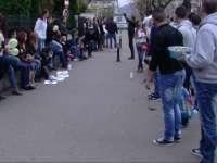 PROTEST – Studenţii băimăreni au împărţit gogoşi trecătorilor şi au cerşit bani pentru că învăţământul este subfinanţat