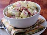 Reţetă de sezon: Salată de cartofi noi cu dressing de iaurt şi muştar