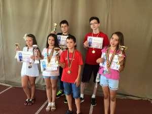 REZULTATE DE EXCEPȚIE - Elevii sigheteni au obținut cinci trofee la Campionatul Național pentru juniori și copii la Șah