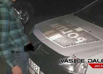 RISCĂ DOI DE ÎNCHISOARE - Tânărul care și-a făcut nevoile pe mașina poliției, identificat