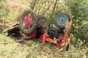 S-a răsturnat cu tractorul şi a suferit leziuni corporale grave