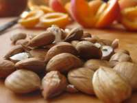 Sâmburii din unele fructe conțin cianură